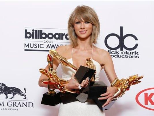 Fotografía de archivo del 17 de mayo de 2015 de Taylor Swift posando con varios premios Billboard en Las Vegas. (Fotografía de Eric Jamison/Invision/AP, Archivo)