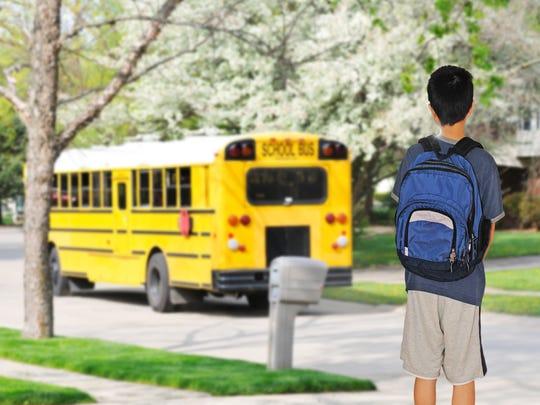 Si tu hijo viaja en el camión de la escuela, acompáñalo o asegúrate que vaya a tiempo.