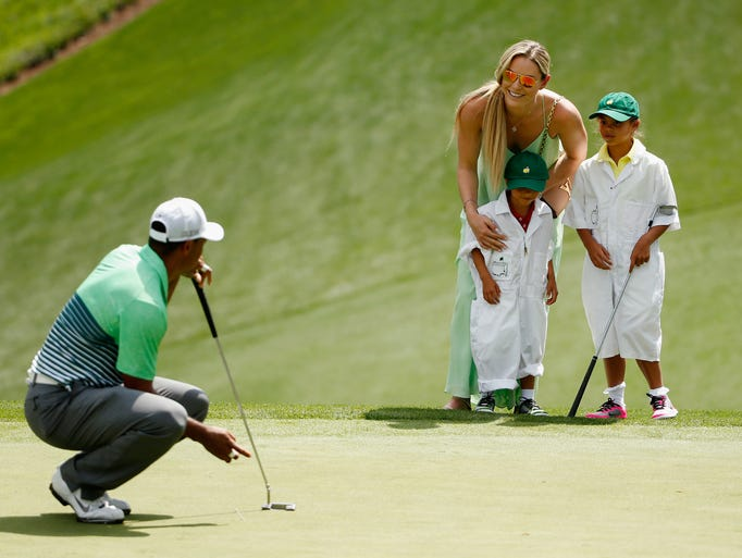 Tiger Woods waits to put as girlfriend Lindsey Vonn,