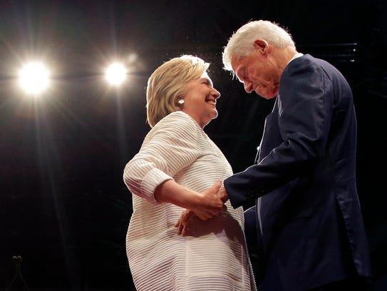 Hillary Clinton celebra el triunfo junto a su esposo,