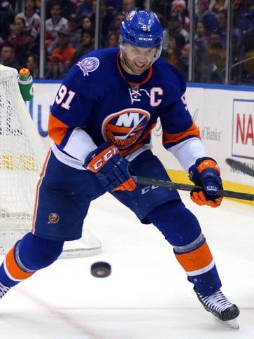 New York Islanders center John Tavares (91) and Philadelphia
