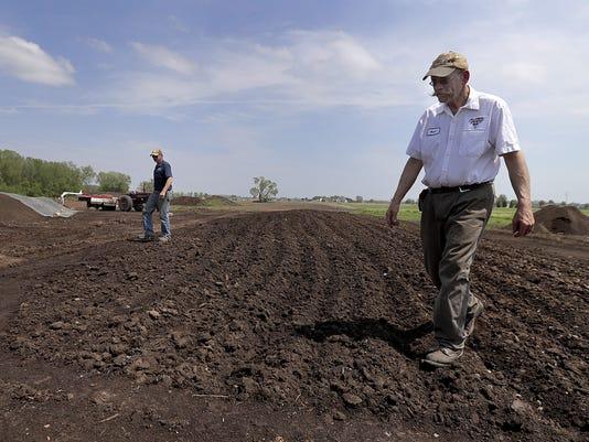 636312416926277050-APC-Peterson-farm-compost-051617-1264-wag-.jpg