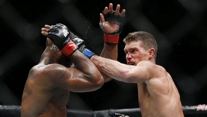 Tyron Woodley (red gloves) fights against Stephen Thompson (blue gloves) in their welterweight title bout during UFC 205.