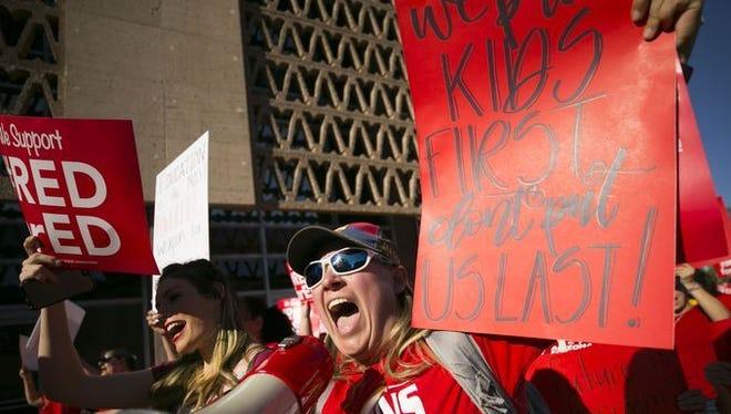 Lindsay Breon, maestra de educación física en la Escuela Primaria Washington en Phoenix, grita en un megáfono mientras se reúne para apoyar a los maestros durante una manifestación #RedForEd en el Capitolio del Estado de Arizona en Phoenix el 28 de marzo de 2018.