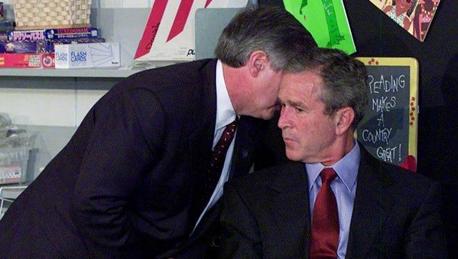 Dans cette photo d'archives du 11 septembre 2001, le chef de cabinet du président Bush, Andy Card, chuchote à l'oreille du président pour lui dire que l'avion s'est écrasé sur le World Trade Center, lors d'une visite à l'école élémentaire Emma E. Booker à Sarasota, Floride