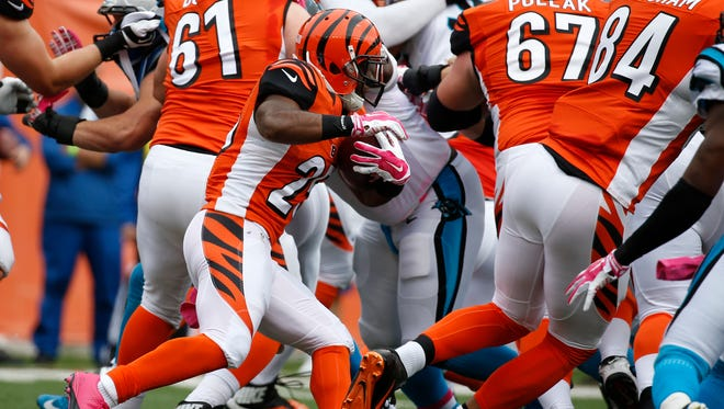 Cincinnati Bengals running back Giovani Bernard (25) looks for the hole as he breaks through the line on his way to a touchdown in the second quarter at Paul Brown Stadium. The Enquirer/Jeff Swinger