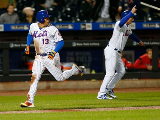 New York Mets shortstop Asdrubal Cabrera (13) scores