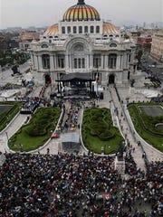 Admiradores se congregan para rendir sus últimos honores al superastro de la música Juan Gabriel, el lunes 5 de septiembre del 2016 el Palacio de Bellas Artes en la Ciudad de México. (AP Foto/Marco Ugarte)