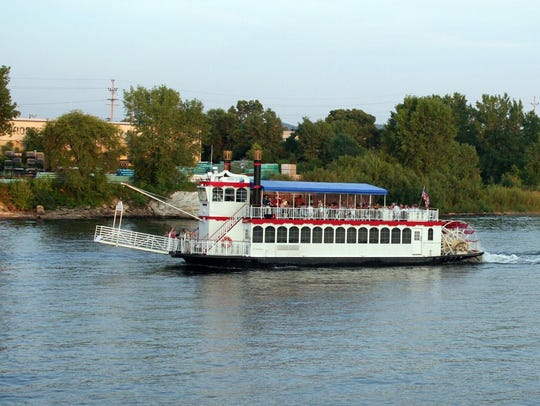 The La Crosse Queen paddlewheeler cruises the Mississippi