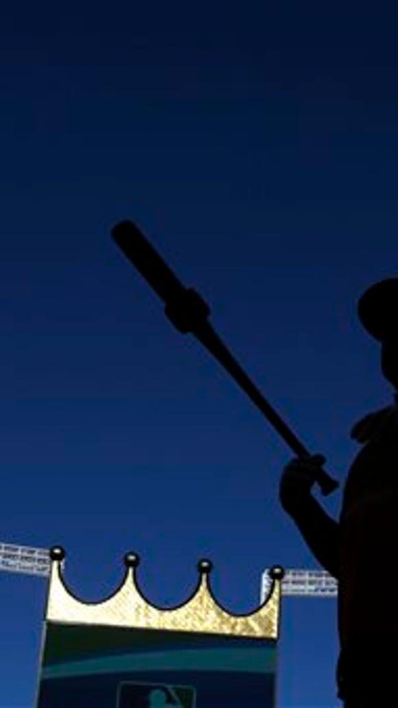 San Francisco Giants third baseman Pablo Sandoval prepares