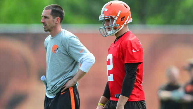 Browns OC Kyle Shanahan has been bringing rookie QB Johnny Manziel up to speed on the offense.