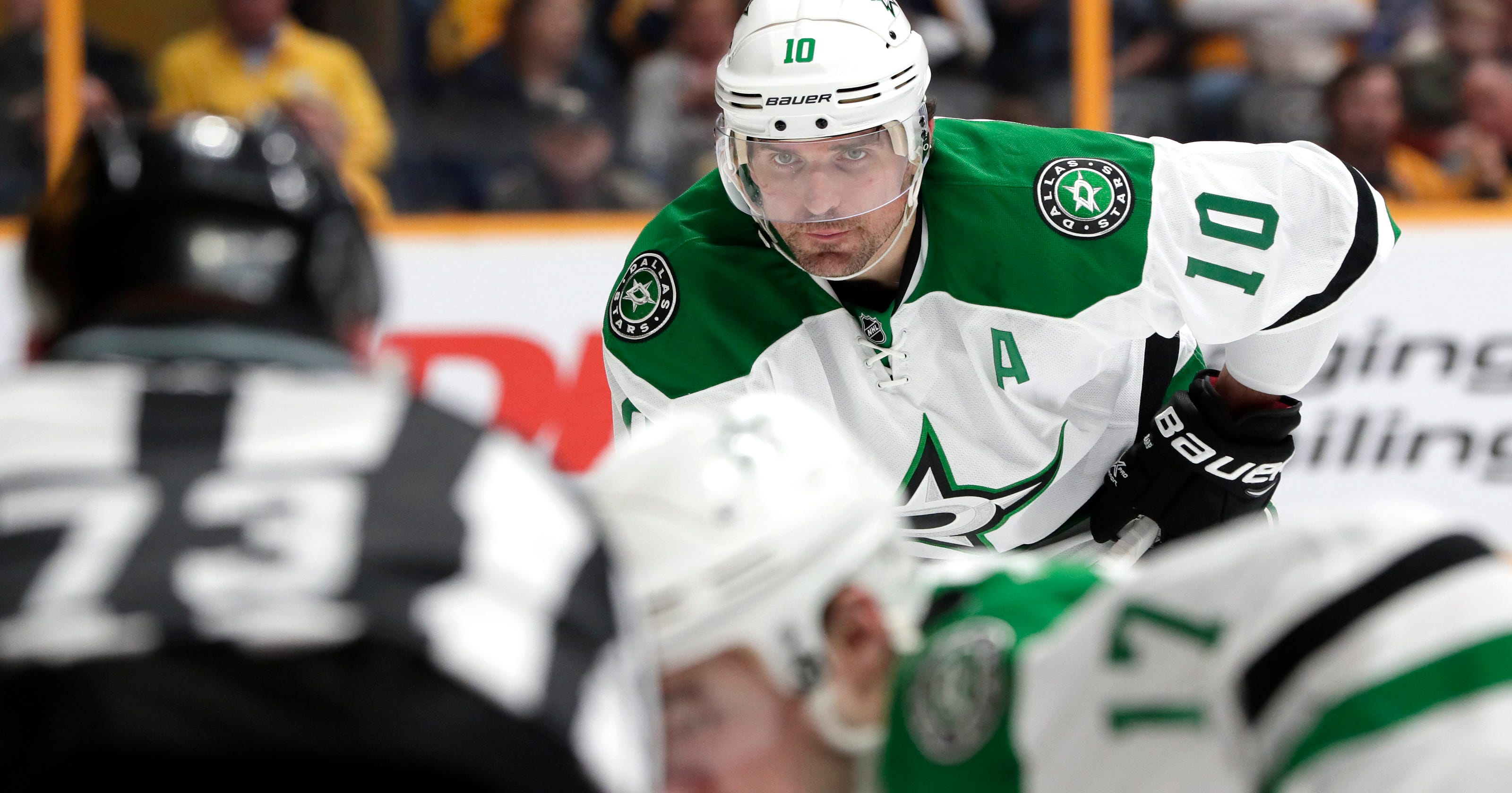 7afe7b14827 Sharp returns to Blackhawks, agrees to 1-year deal