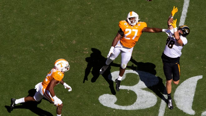 Tennessee linebacker Quavaris Crouch (27) attempts to break up a fourth-down pass to Missouri tight end Logan Christopherson (88) during Saturday's game between the Volunteers and Tigers in Knoxville.