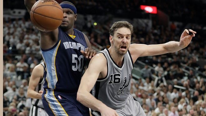 Grizzlies forward Zach Randolph (50) and Spurs center Pau Gasol (16) chase a loose ball during the first half of Game 1 on Saturday.