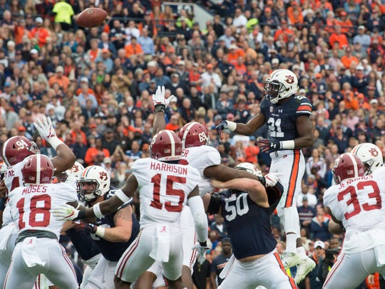Auburn running back Kerryon Johnson (21) throws a touchdown