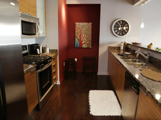 This 1,398 sqft. cosmopolitan condo has 2 bedroom 2 bath unit that comes complete with granite counter tops, fireplace and stackable washer dryer. Located on downtown Royal Oak's Washington Street, a view from this 8th floor makes you feel part of the vibrant city buzz.