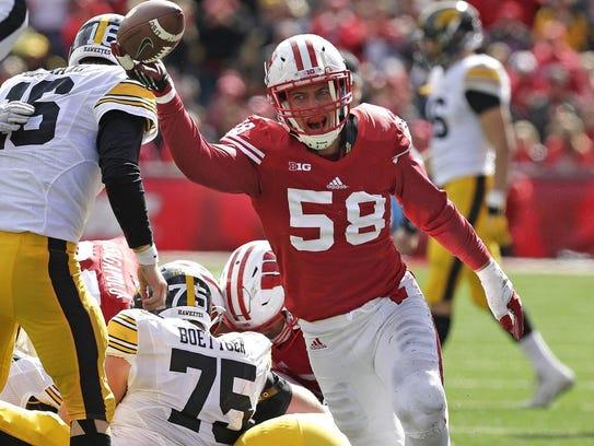 Wisconsin Badgers linebacker Joe Schobert (58) recovers