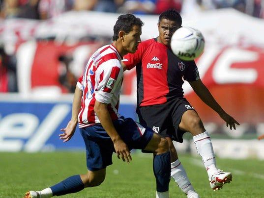 Jorge Barrera (I) de Chivas, disputa el