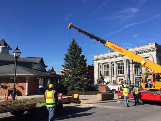 635832785751020139-Downtown-Holiday-Tree-goes-up-at-Richland-Carrousel-Park