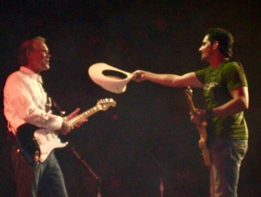 636378225549631370-Brad-Paisley-with-Glen-Campbell.jpeg