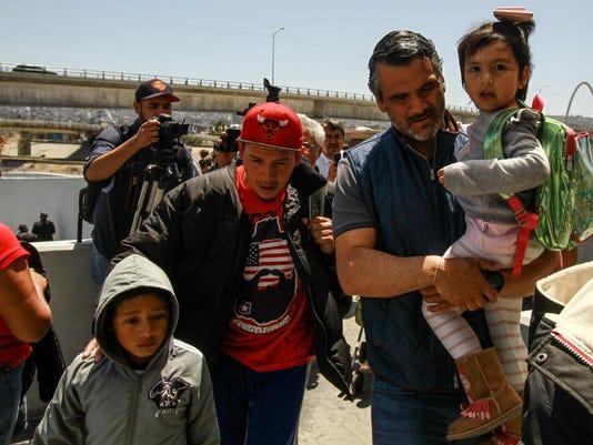 EE.UU. continúa recibiendo pedidos de asilo de madres y niños de la caravana migrante