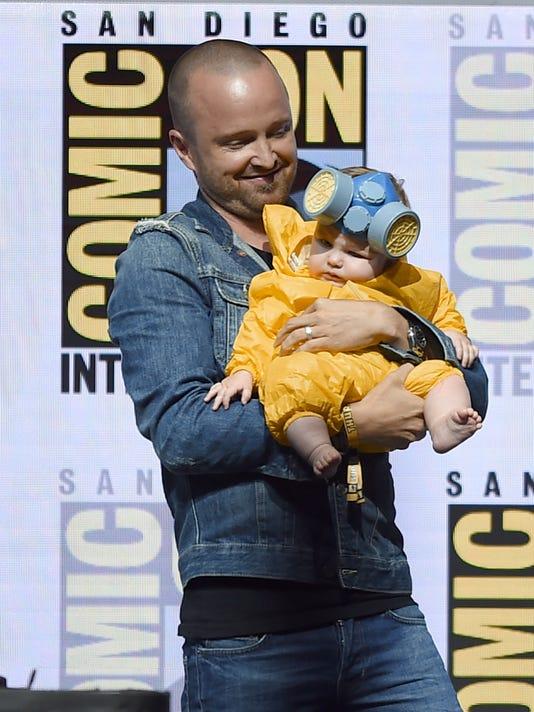 """Aaron Paul, với bé Câu chuyện Annabelle ăn mặc như nhân vật của mình Jess  Pinkman, tham gia của mình """"Breaking Bad"""" castmates tại Comic-Con cho một  cuộc hội ..."""