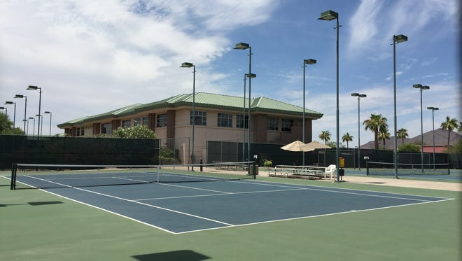 The Scottsdale Resort and Athletic Club features 11 lighted tennis courts, two swimming pools and a fitness center. In 2004, it was rated one of the best tennis resorts in the U.S., according to Tennis magazine.