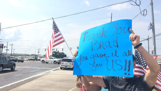 Baton Rouge resident John Arceneaux holds up a sign thanking fallen EBRSO deputy Brad Garafola.