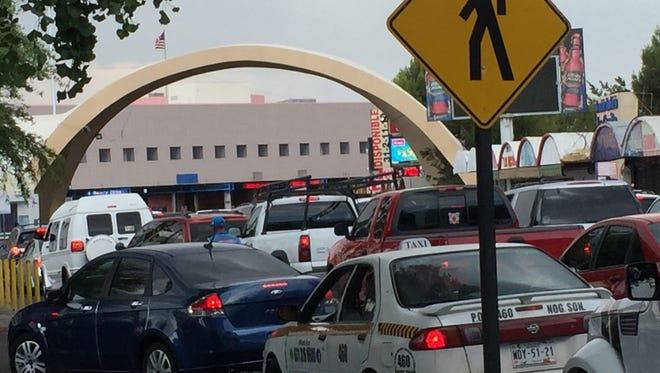 Vehiculos hacen fila para cruzar por la frontera de Nogales, Sonora.