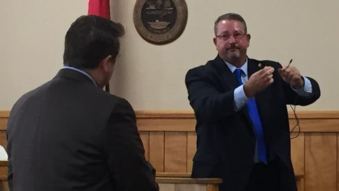 Former Stewart County Investigator David Evans, left, demonstrates a square knot to jurors during a 2016 murder trial, while being questioned by District Attorney General Ray Crouch.