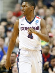Gonzaga Bulldogs guard Jordan Mathews (4) plays against