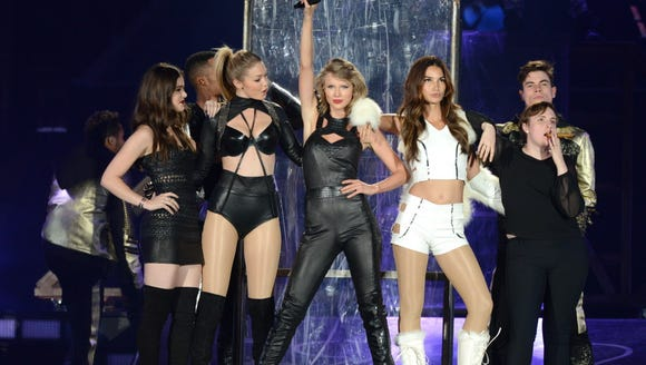 Tay with (several of) her girls: Hailee Steinfeld,