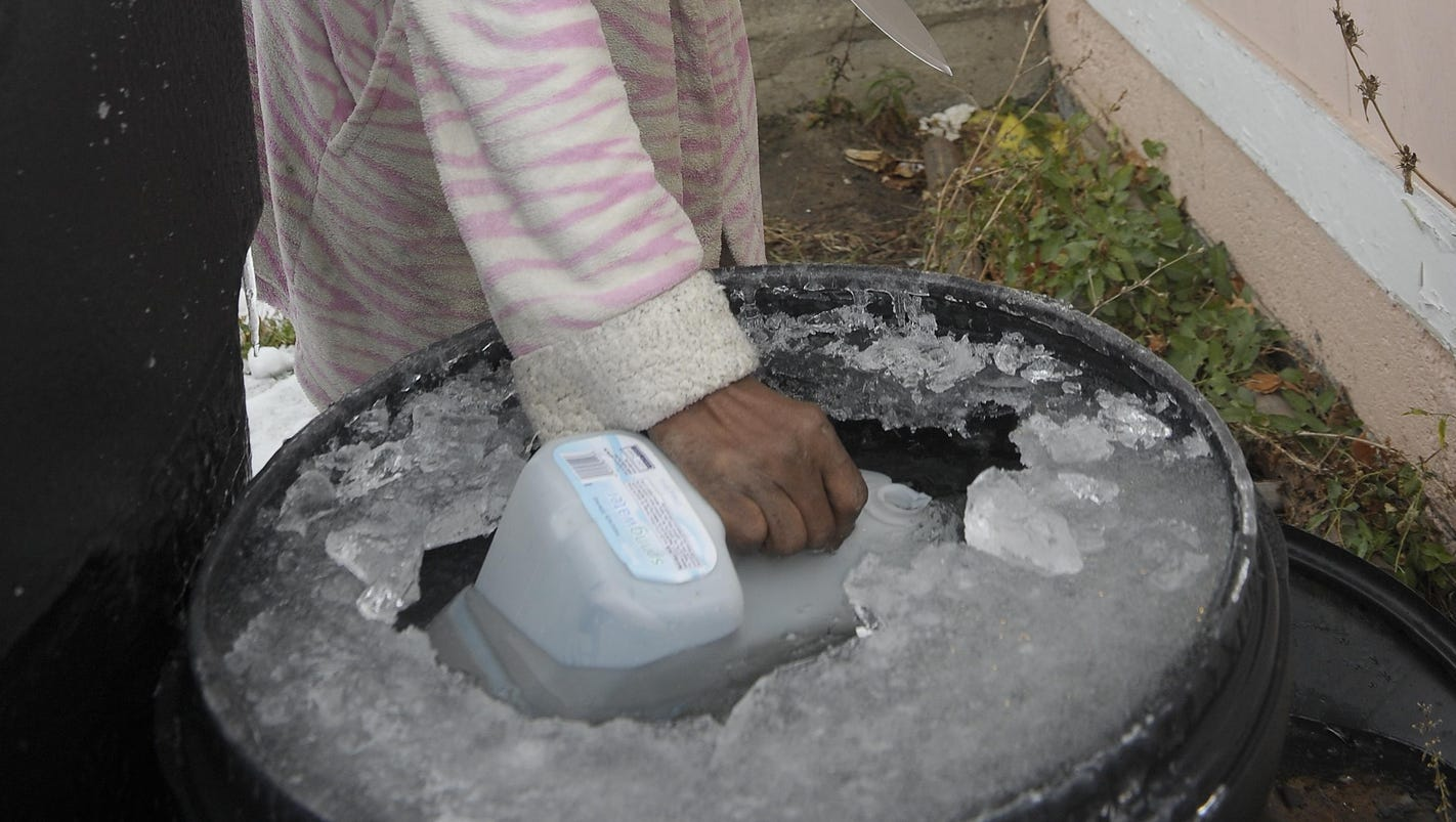 Detroiters struggle to survive without city water
