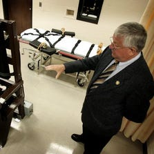 Warden Ricky Bell leads the media on a tour of building 8, the capital punishment unit, at Riverbend Maximum Institution in 2006.