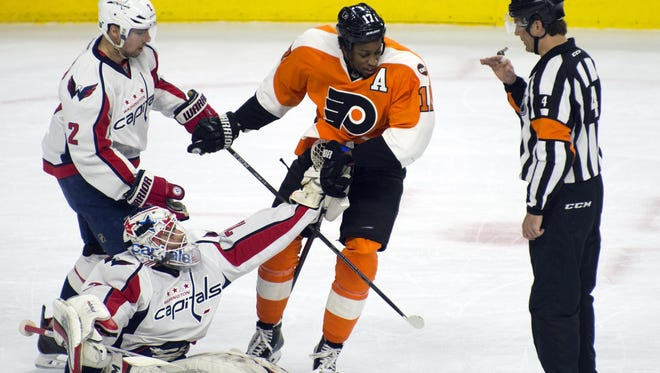 Flyers' Wayne Simmonds drags Washington goalie Braden Holtby during Wednesday's Game 4 of the playoffs.