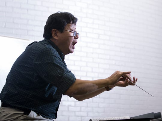 Artistic Director Xiaolun Chen conducts the Choral