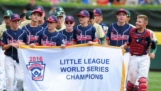 Maine-Endwell (N.Y.) celebrates its LLWS championship.