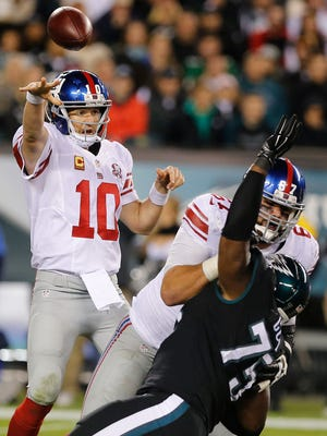 Giants quarterback Eli Manning throws a short pass against the Eagles on Oct. 12, 2014.