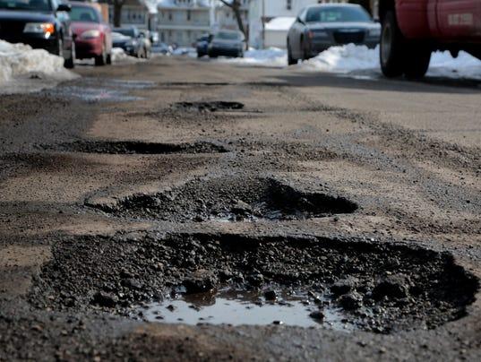 636531044903412553-Pothole-02.jpg