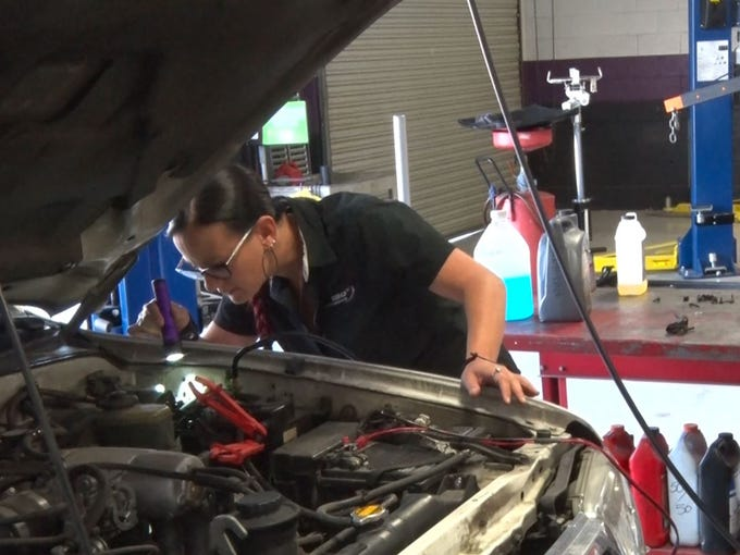 Phoenix mechanic empowers women to enter automotive industry
