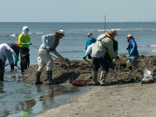 635623195097455214-bp-clean-up-oil-spill