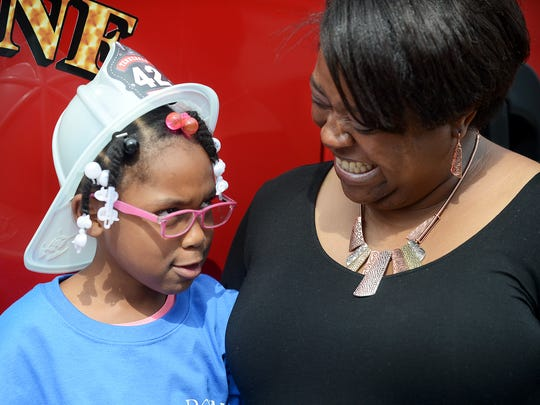 Chatashia Williams (r) laughs as her daughter Donnae'
