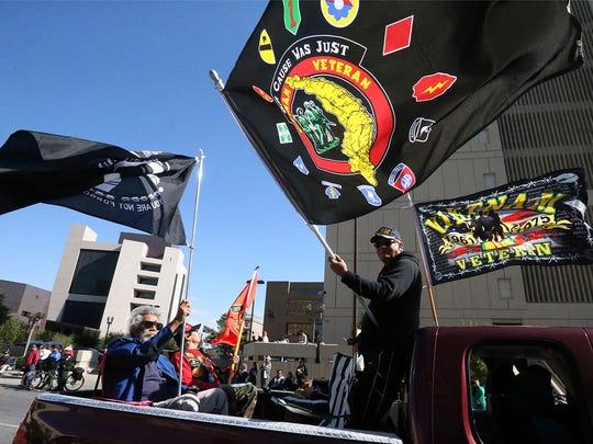 Veteranos de la guerra Vietnam participaron en el desfile de el Dia de los Veteranos.
