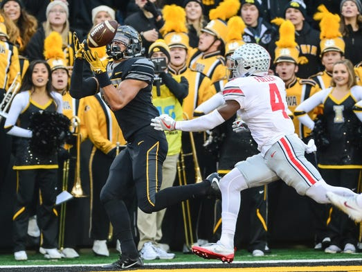 Iowa Hawkeyes tight end Noah Fant catches a touchdown