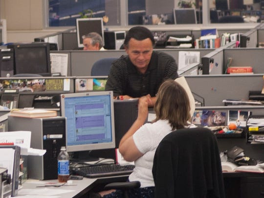 Fred Powell, then wires editor, talks with then-copy desk chief Cathy Shepherd in the News Sentinel newsroom.