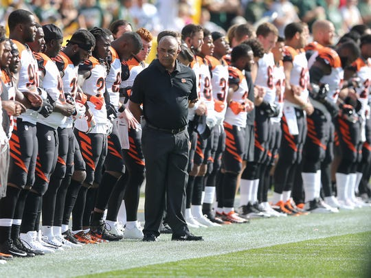 Cincinnati Bengals head coach Marvin Lewis, center,