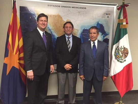 El alcalde Greg Stanton, el titular de ProMéxico, Eduardo