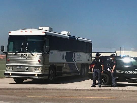 Un autobús del Servicio de Control de Inmigración y Aduanas de Estados Unidos (ICE por sus siglas en inglés) se retira de una planta de tomate en O'Neill, Nebraska, tras una redada para detener a los inmigrantes no autorizados en el lugar, el miércoles 8 de agosto de 2018.