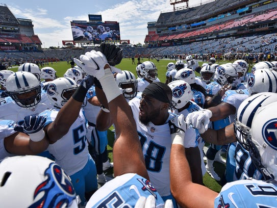 Titans outside linebacker Brian Orakpo (98) leads the