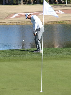 Charles Howell III chips onto the 18th green at the Jack Nicklaus Tournament Course at PGA West during the CareerBuilder Challenge, January 21, 2016.